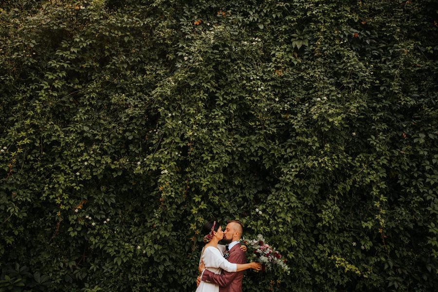 pocalunek mlodej pary, sesja slubna, hotel jablon w piszu,