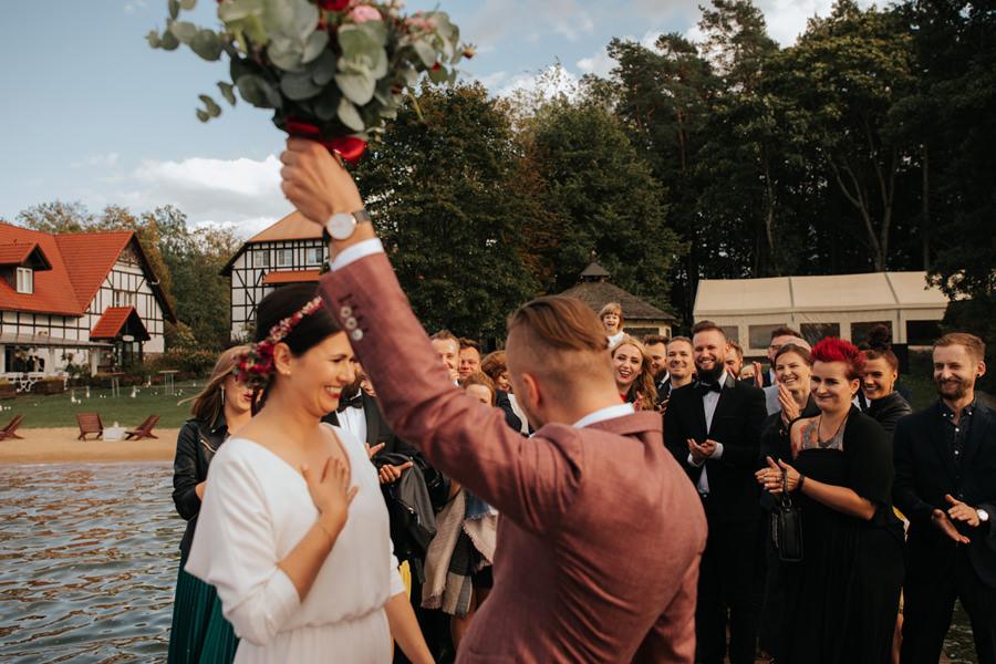 rockowe wesele w hotelu jablon, garnitur atelier zablotny, suknia agata wojtkiewicz,