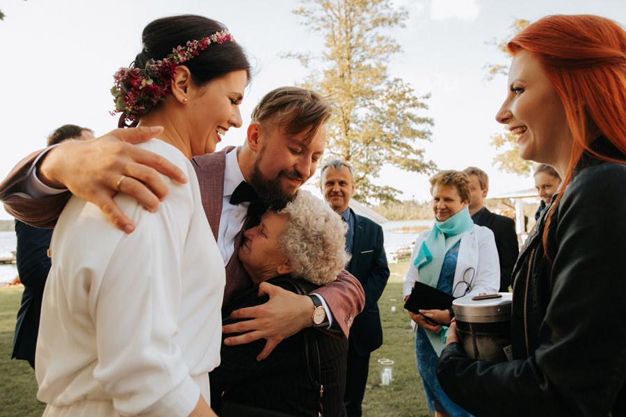 rockowe wesele w hotelu jablon, panna mloda i babcia