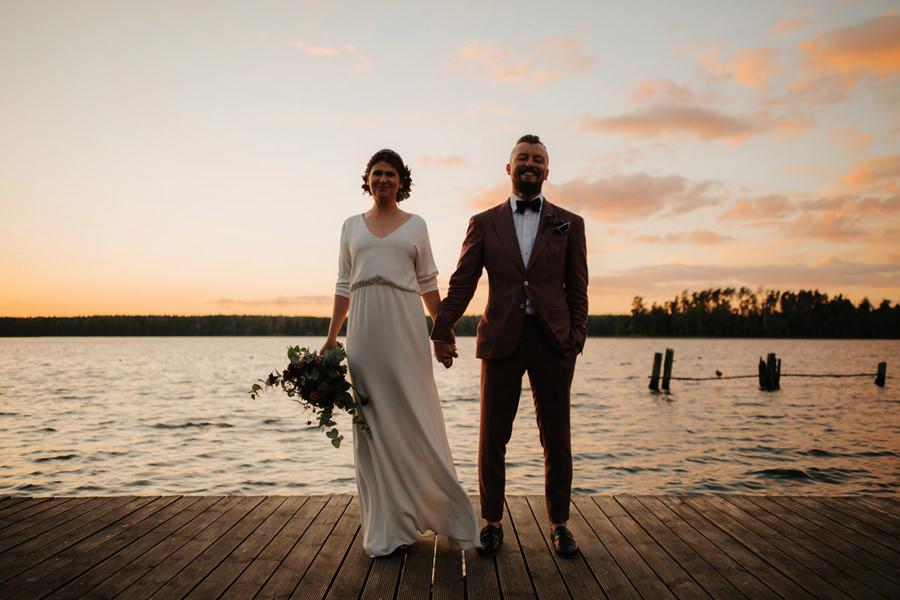 mloda para na weselu, sesja w trakcie wesela, boho, wiatr,