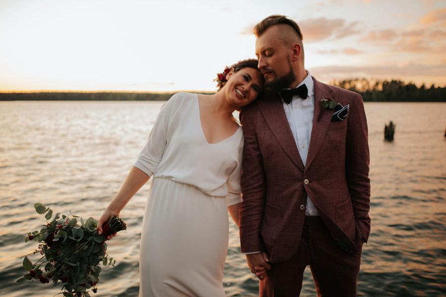 rockowe wesele hotel jablon, sesja plenerowa o zachodzie,