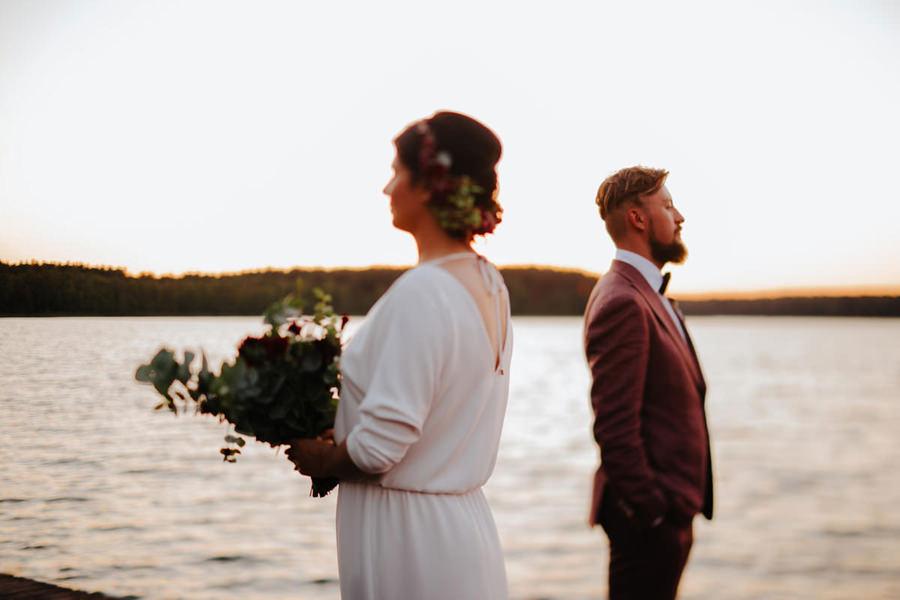 rockowe wesele w hotel jablon, sesja plenerowa, wianek, mucha, poszetka,
