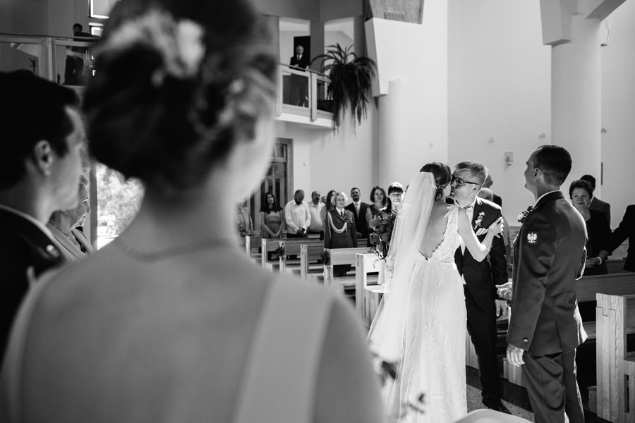 tata panny mlodej, ceremonia koscielna, slub w olsztynie, wesele miedzy deskami,