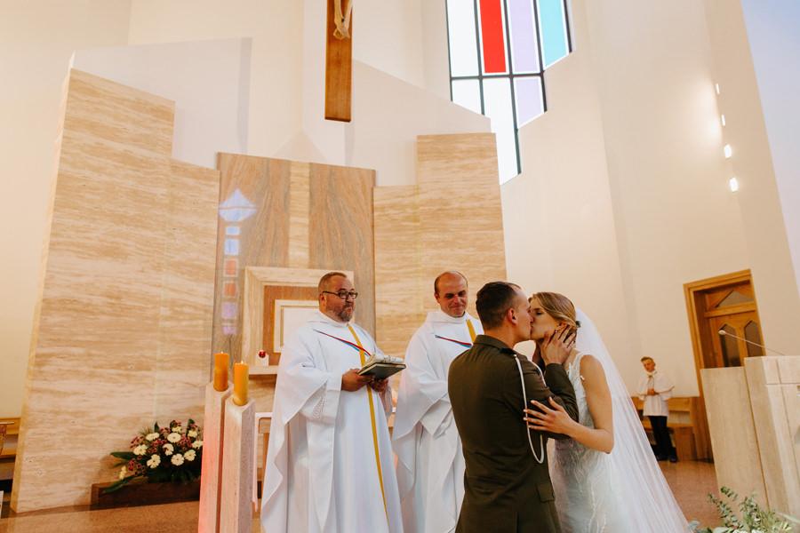 pierwszy pocalunek mlodej pary, nowozency, mloda para, slub,