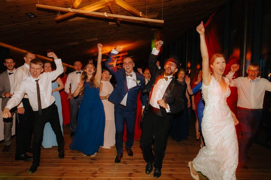 wodzirej na weselu, panowie od muzyki, miedzy deskami,