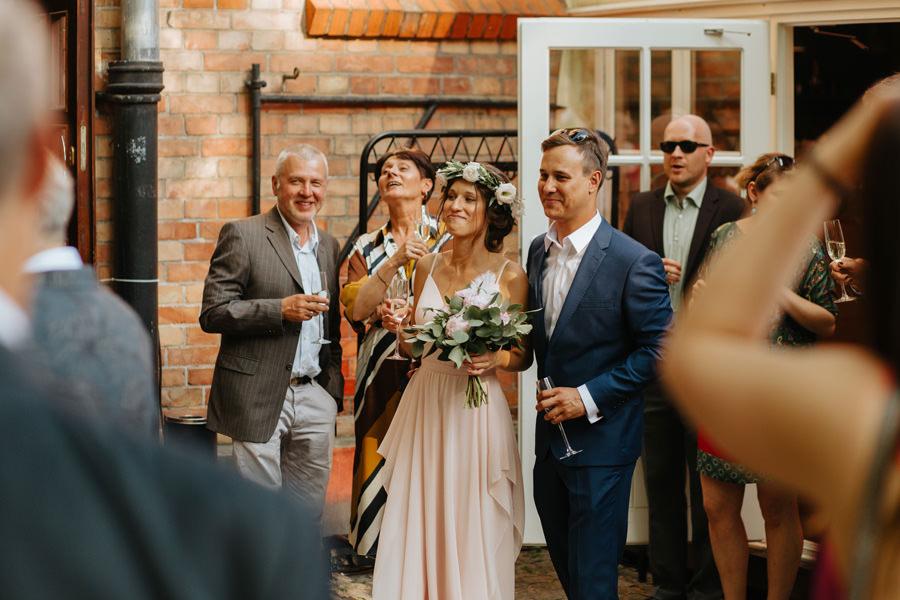 goscie weselni, super wesele, spokojna 15, mloda para, toast,