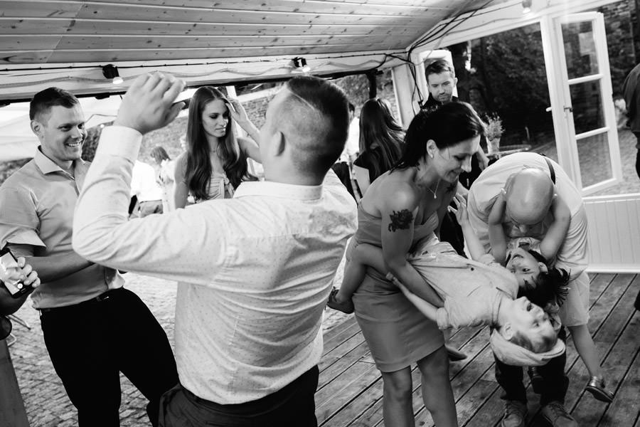 dzieci na weselu, mloda para, wesele w spokojnej 15, wedding photographer warsaw,