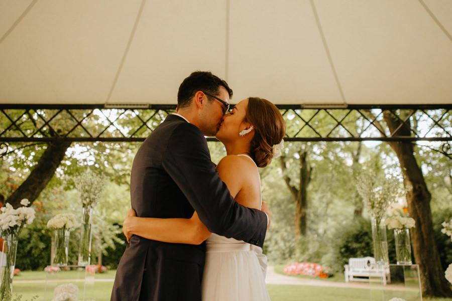 pocalunek mlodej pary, nietypowy slub, industrialne wesele,