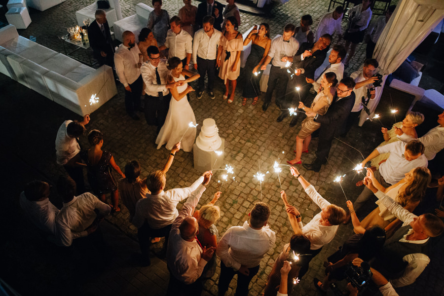 zimne ognie na weselu, tort slubny, oczepiny, industrialne wesele,
