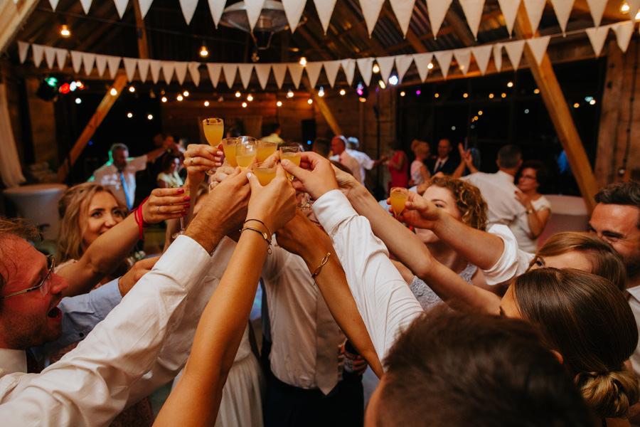 wesele w stodole, wesele w folwarku ruchenka, slub plenerowy, geometric moments, fotograf peter sadowski,