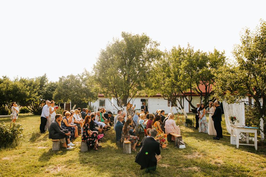 ślub plenerowy, ślub humanistyczny, dom w przepitkach, wesele w stodole