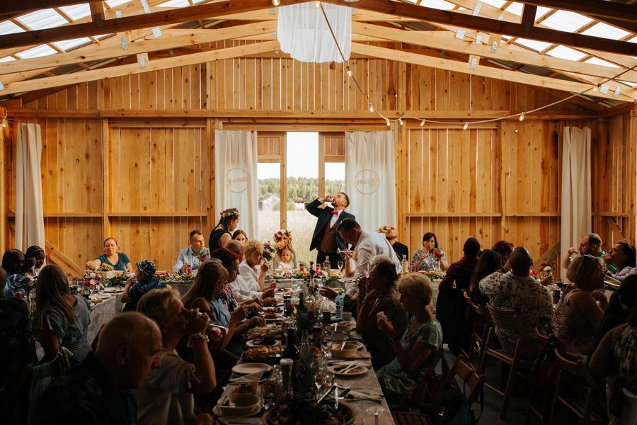 toasty na weselu, wesele w stodole, pan młody, ślub plenerowy,