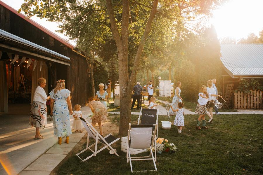 wesele w stodole, dom w przepitkach, inspiracje ślubne 2021,