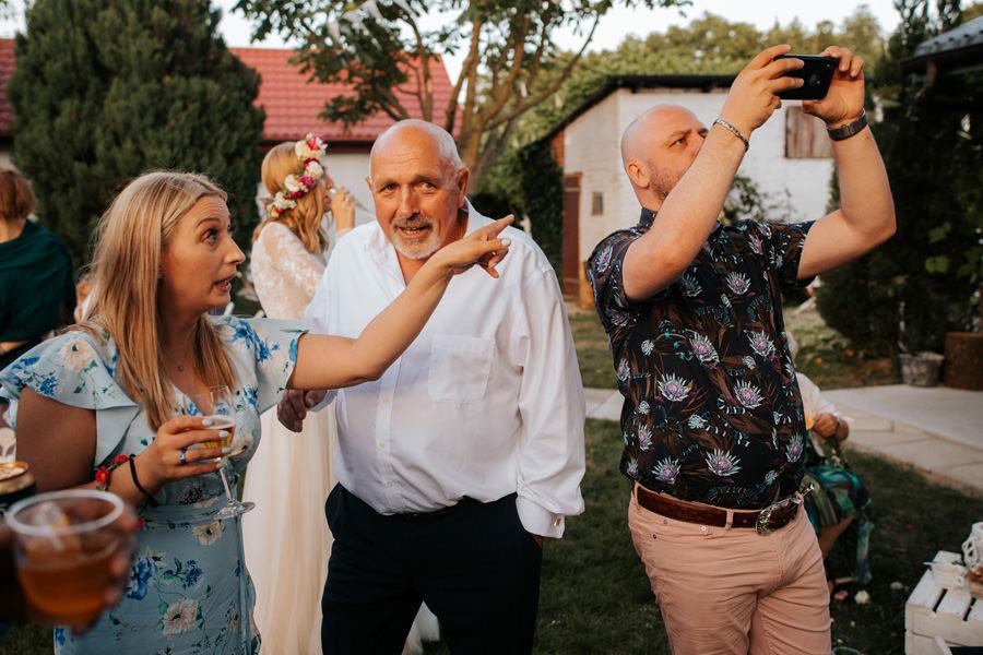 reportaż ślubny, stodoła, wesele w stodole, dom w przepitkach