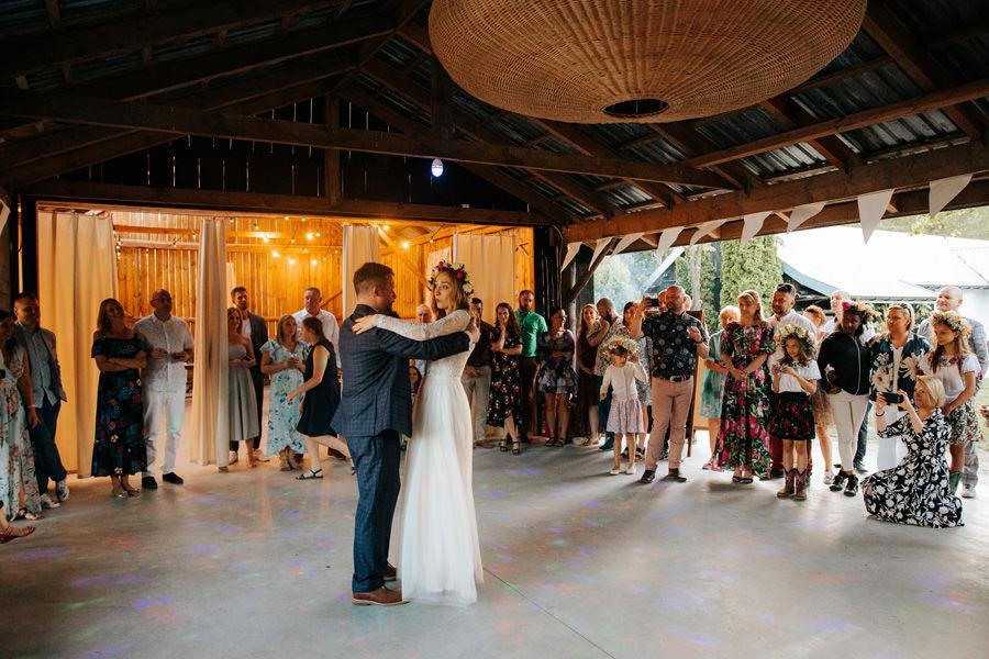 pierwszy taniec pod gołym niebem, dom w przepitkach, wesele w stodole, panna młoda, pierwszy taniec, fotograf ślubny warszawa
