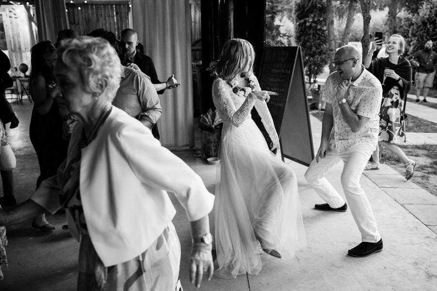 wesele w stodole, niepozowane zdjęcia ślubne, dom w przepitkach