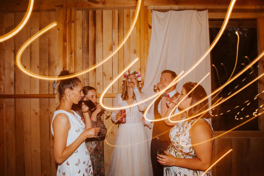 niepozowane zdjęcia ślubne, wesele w stodole, dom w przepitkach