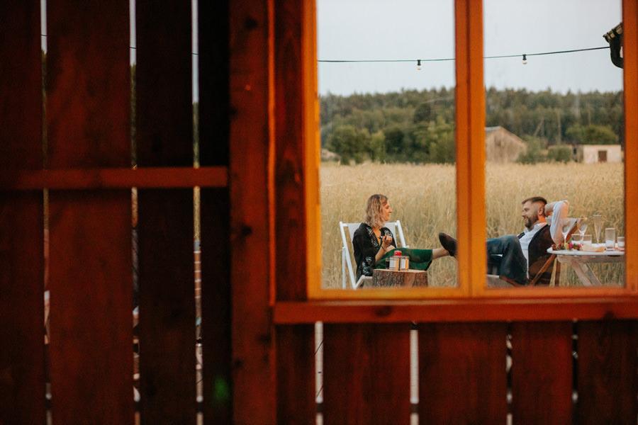 niepozowane zdjęcia ślubne, wesele w stodole, dom w przepitkach, geometric moments