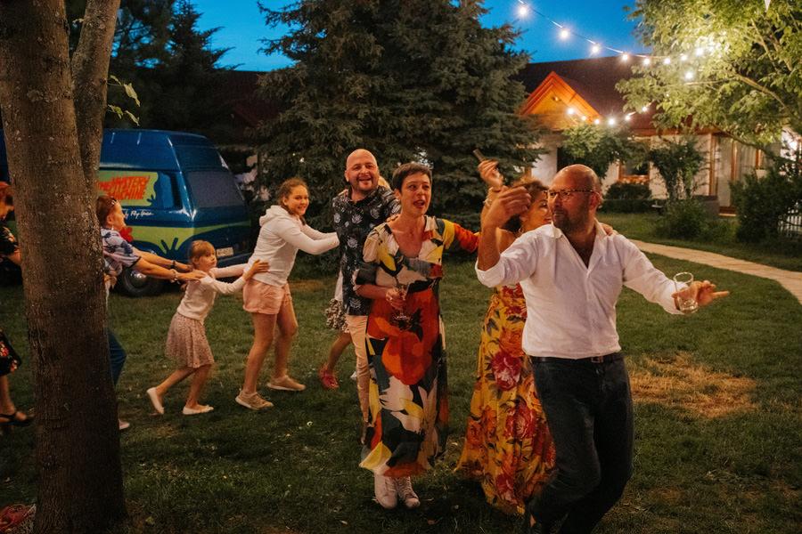 niepozowane zdjęcia ślubne, wesele w stodole, dom w przepitkach, weselny pyton