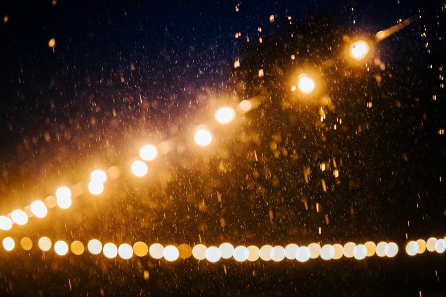letnia burza, burza na weselu, deszczowe lato, wesele w stodole, reportaż ślubny oczyszczalnia,