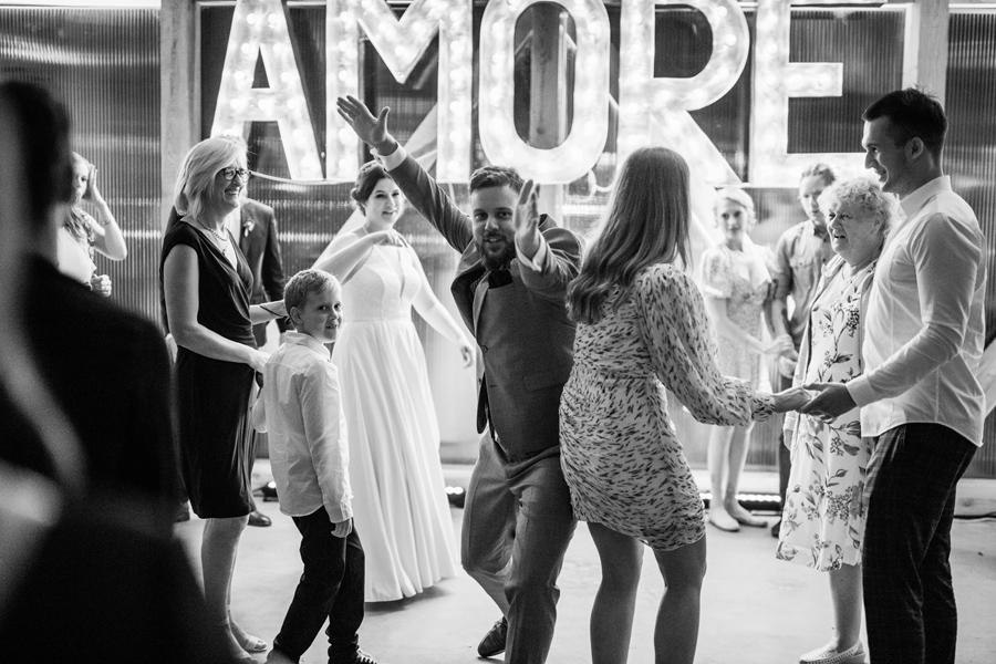 impreza w stodole, wesele w oczyszczalni, reportaz slubny, geometric moments, fotograf piotr sadowski,