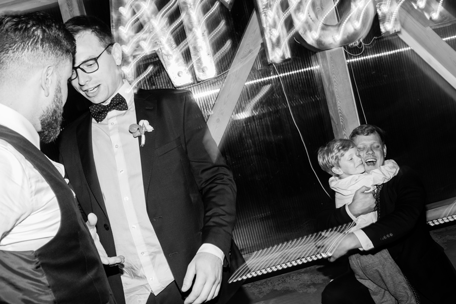 wesele oczyszczalnia, wesele w stodole warszawa, plenerowe wesele warszawa, pan mlody, garnitur bytom,